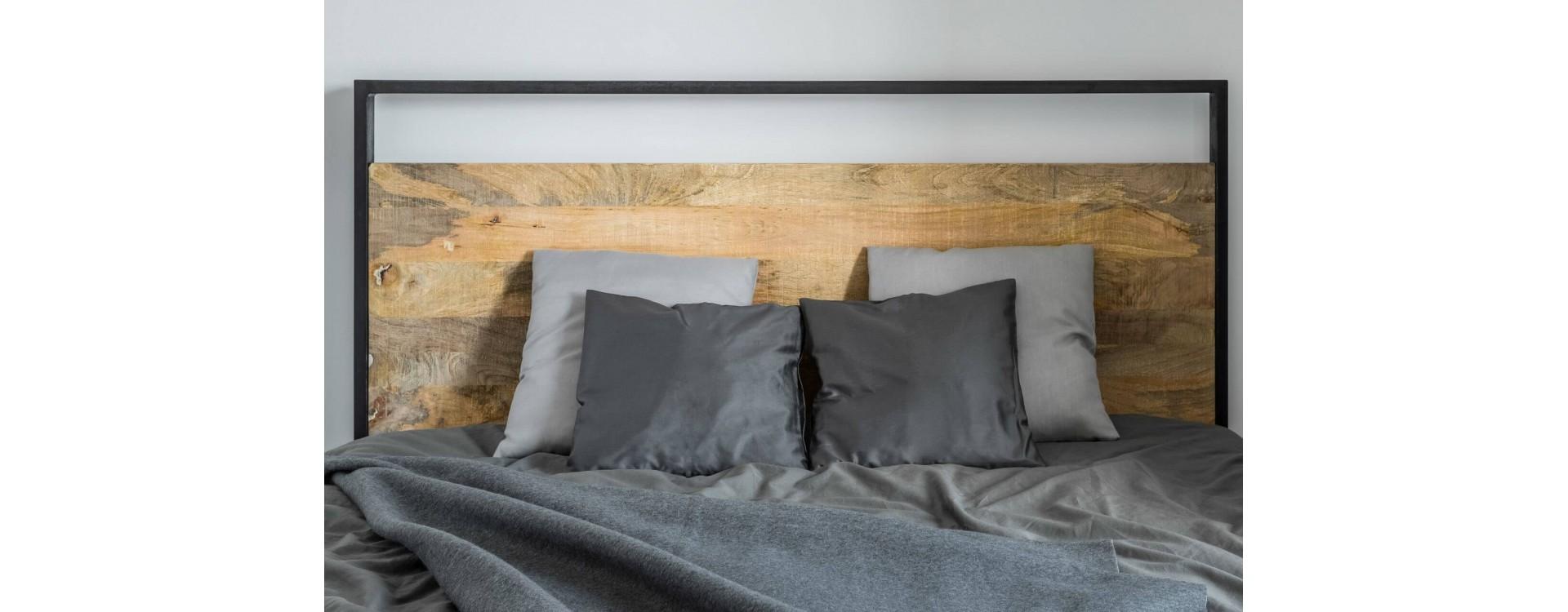 Listelli piallati di legno per il fai-da-te: come realizzare una testata del letto in legno